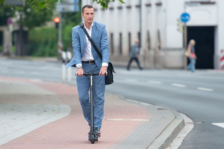 businessman-trottinette-electrique